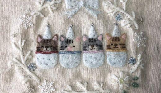 【クリスマスの額飾り】羊毛の白いポインセチアと雪の結晶のブランチリース