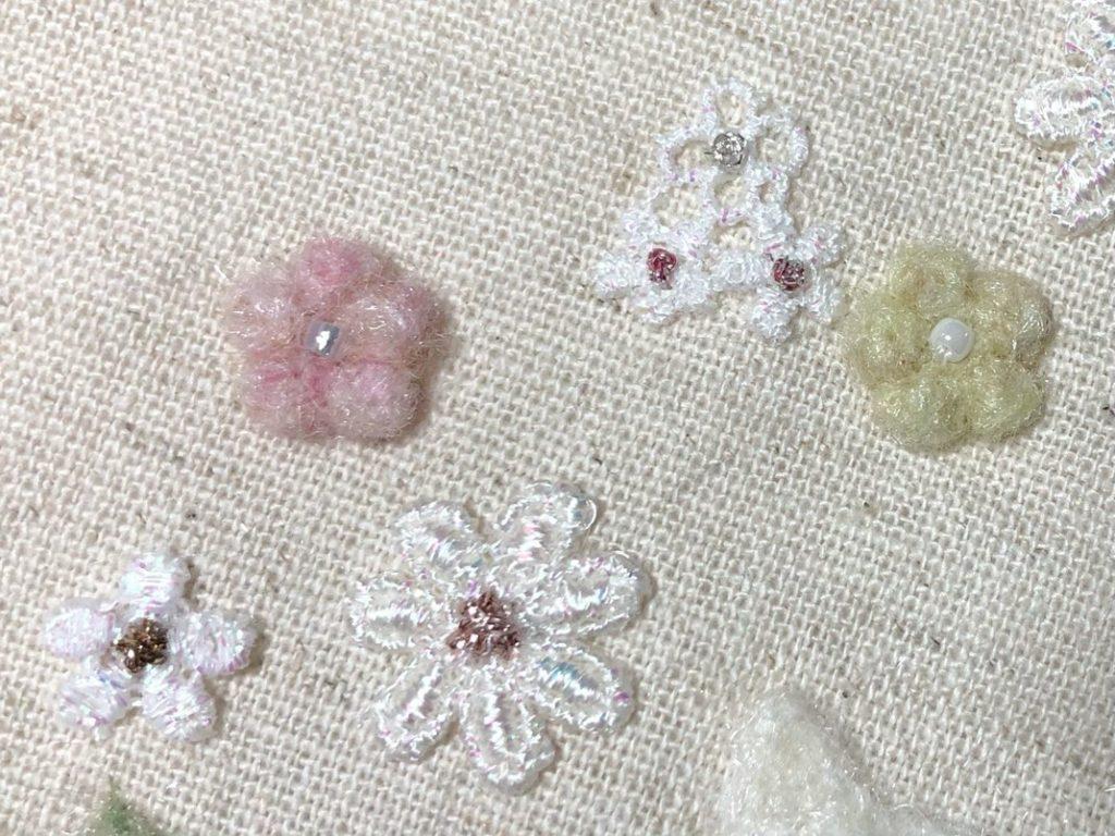 花のモチーフレースと羊毛フェルトの小花