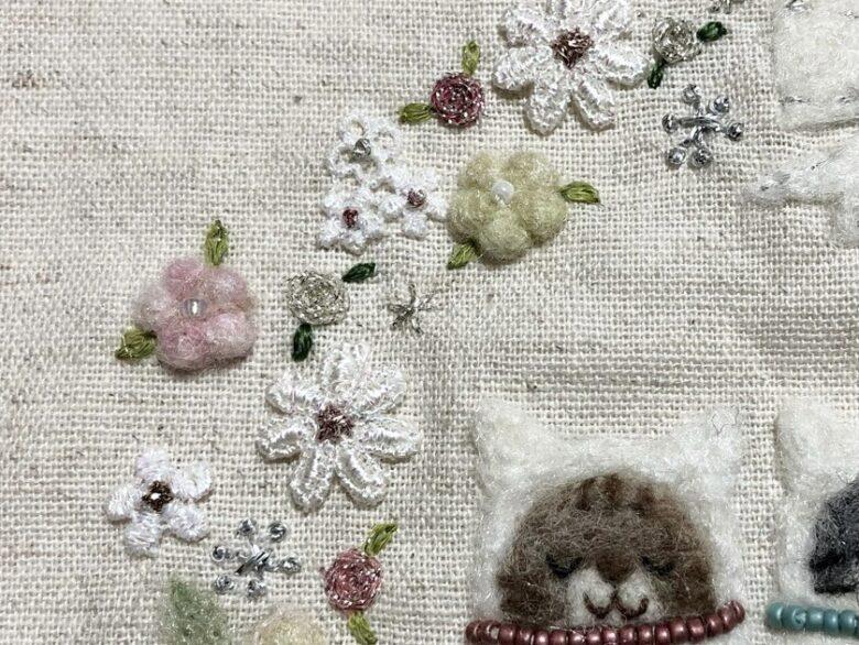 ラメ糸のバラと雪の結晶の刺繍