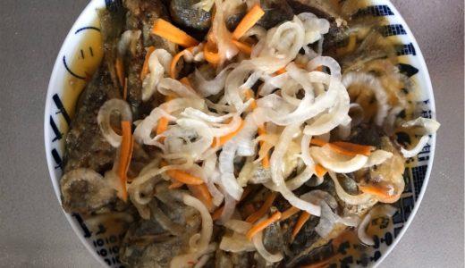 鮮魚市場の新鮮な食材を使った「アジの南蛮漬け」「茎ワカメのピリ辛佃煮」