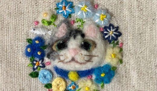 【花ねこのブローチ】爽やかブルーの聡明なサバ白ちゃん